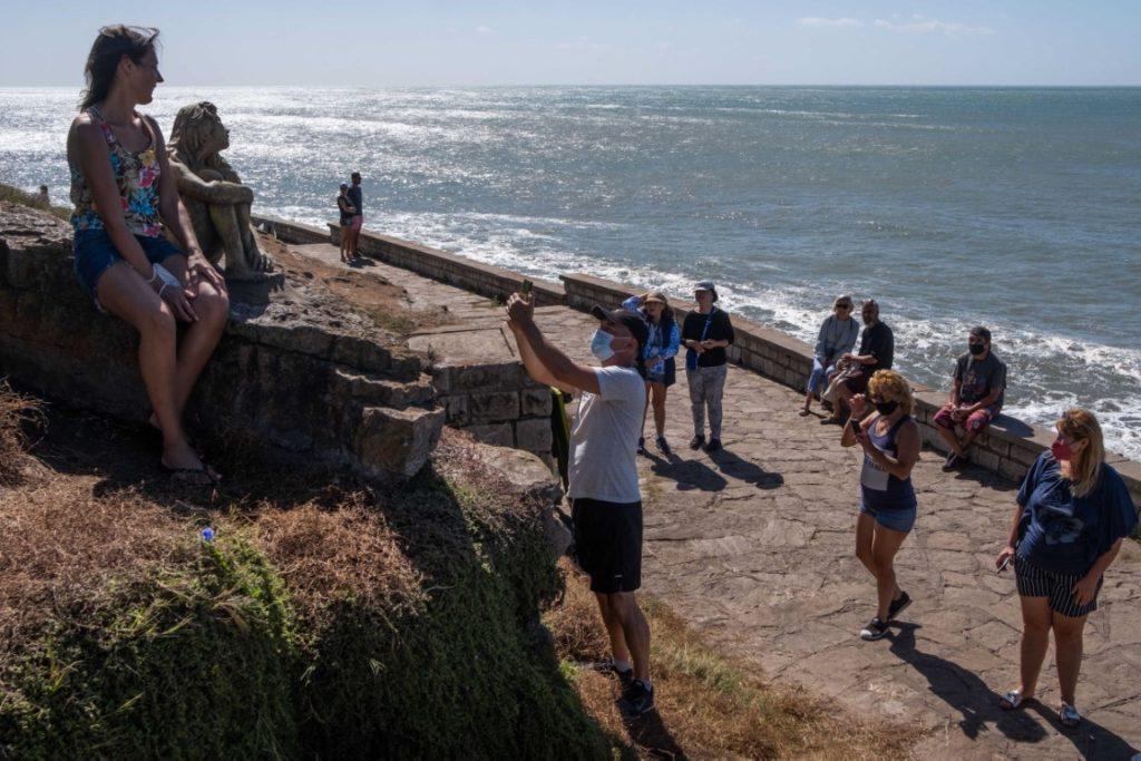 Turistas y locales se sacan una foto tras otra con la escultura que, hoy se supo, es obra de Magrini. (Télam)