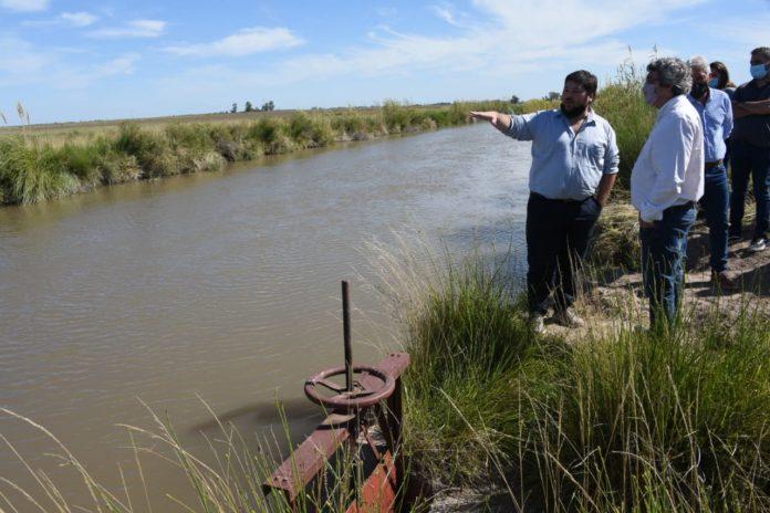 El ministro Javier Rodríguez recorrió el sudoeste provincial para evaluar el abastecimiento del agua en la región. (Prensa MDA)