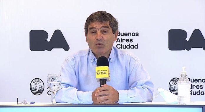 """Fernán Quirós insistió: """"En un escenario de falta de vacunas hay que restringirse estrictamente al plan estratégico""""."""