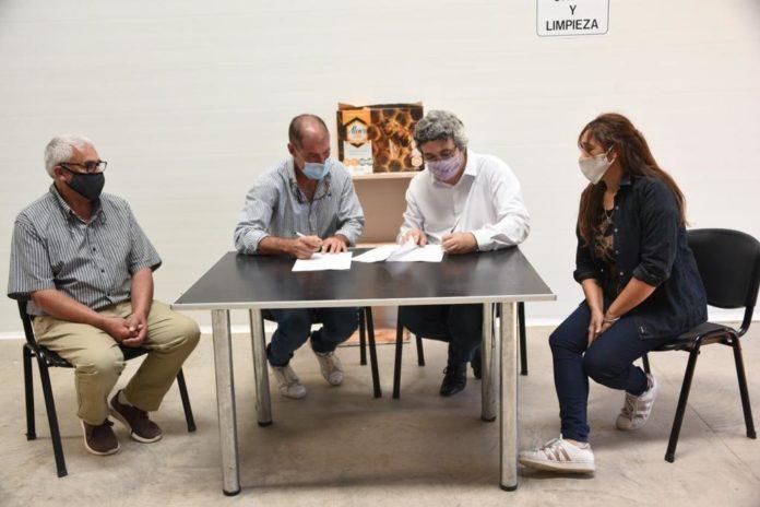 El ministro Rodríguez firma el financiamiento para la Cámara de Apicultores Pampero. (Prensa MDA)