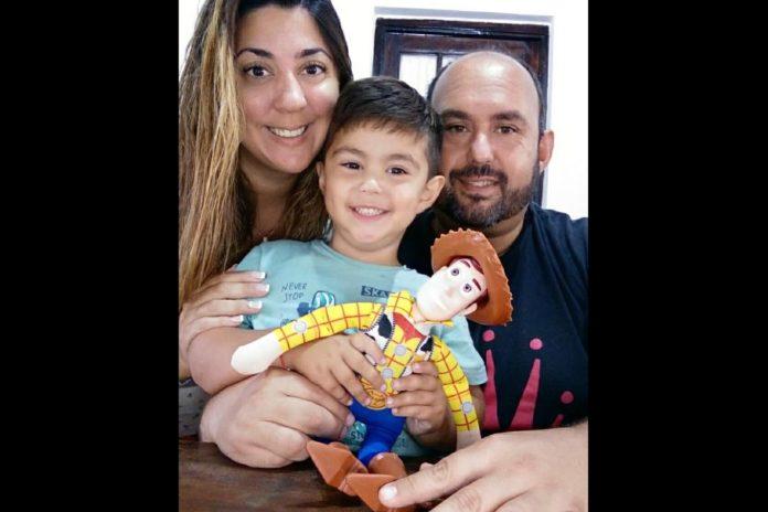 Esteban Sanzio publicó la noticia en sus redes sociales con una foto en la que se lo ve junto a su esposa y su hijo. (Facebook)