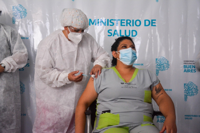 ¿Efecto primera dosis?: Detectan baja de contagios del 31% en el personal de salud