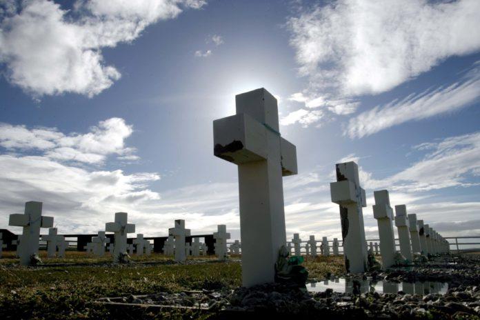 Argentina y Reino Unido acuerdan nuevas identificaciones de caídos en Malvinas