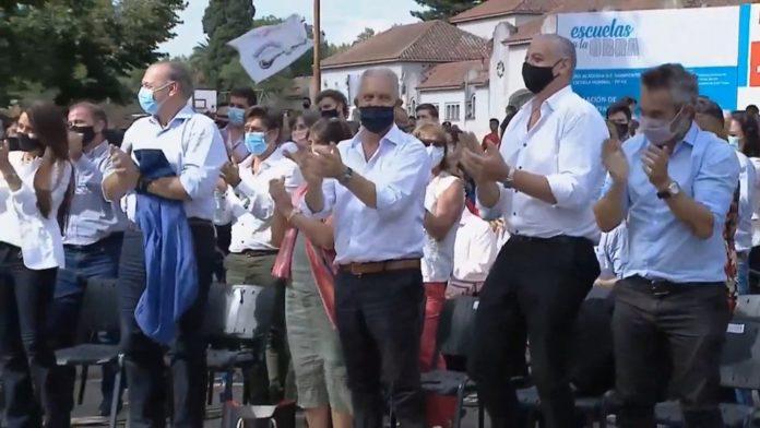 Berni (izquierda, barbijo celeste) en el acto por el Día de la Memoria en Las Flores.