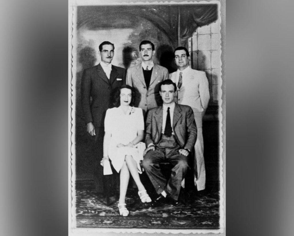 La boda en Pardo de Silvina Ocampo y Adolfo Bioy Casares. Parado, tercero de izquierda a derecha, Borges.
