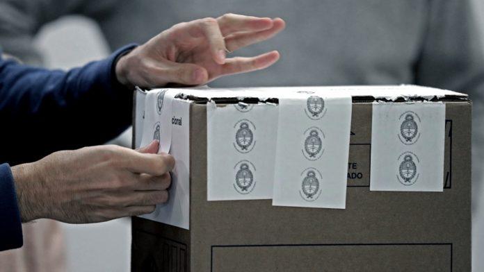 El Gobierno nacional derogó este lunes un decreto firmado por el expresidente Mauricio Macri que permitía la votación de argentinos residentes en el exterior por correo postal