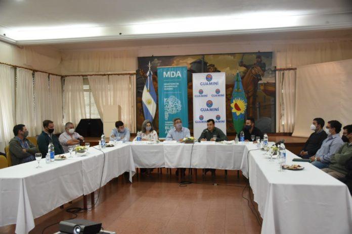 Rodríguez explica el programa de producción sustentable a representantes de entidades rurales e instituciones. (Prensa MDA)