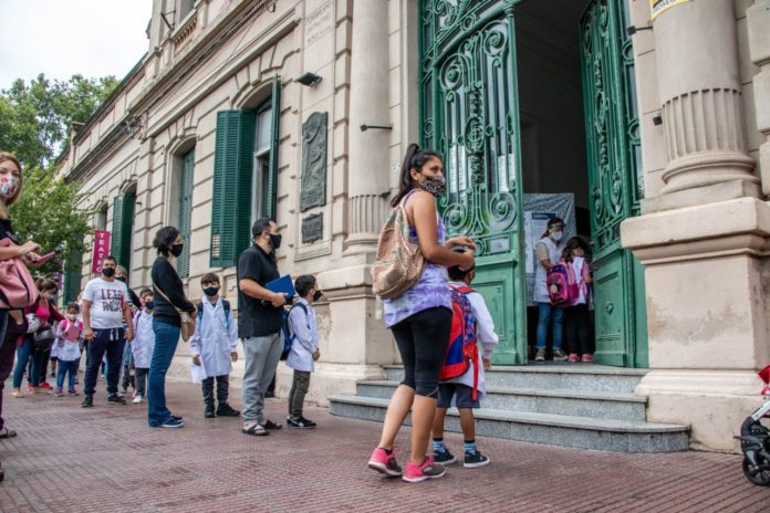 Más de 4 millones de chicos empezaron este lunes las clases en la provincia bajo modalidad mixta