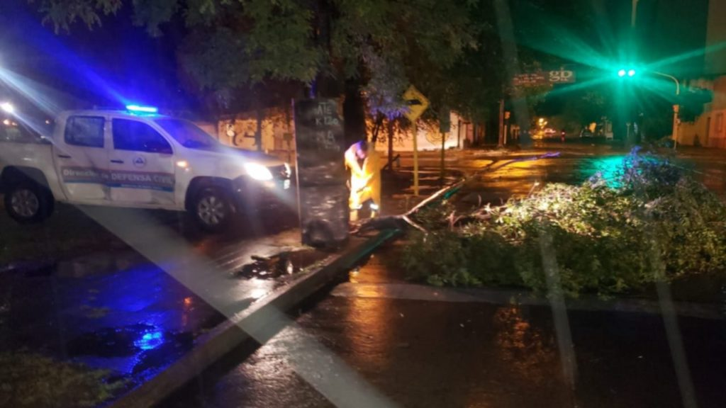 Un poste caído en la zona del centro de Bahía. (La Nueva)