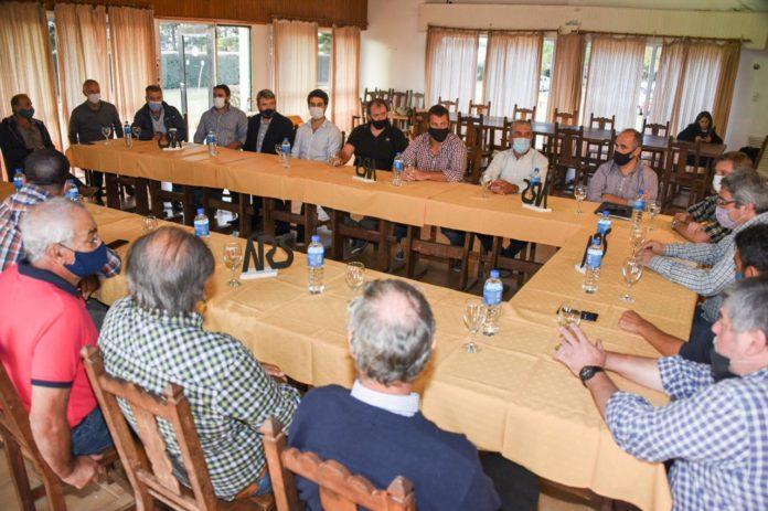 Rodríguez y Notararigo reunidos con los productores de Saavedra. (Prensa MDA)