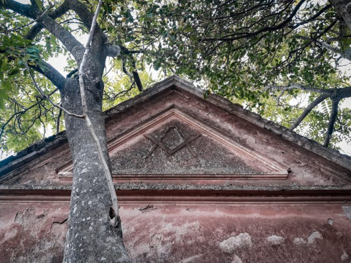 El símbolo universal de la orden masónica, grabada en el frente de la antigua construcción, no es distinguible desde la calle. (Gentileza Nicolás Colombo)