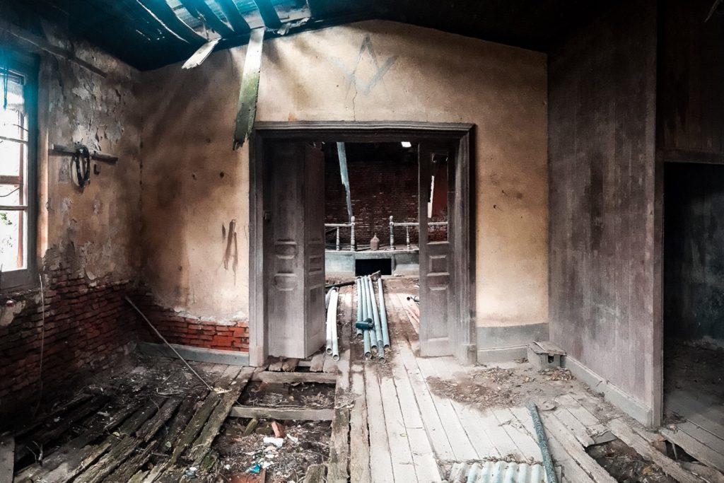 El interior del antiguo templo masónico está muy deteriorado. (Gentileza Nicolás Colombo)