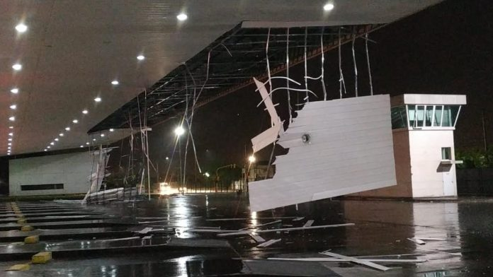 En la Terminal de Ómnibus bahiense se desmoronó el techo de la zona de dársenas. (La Brújula 24)