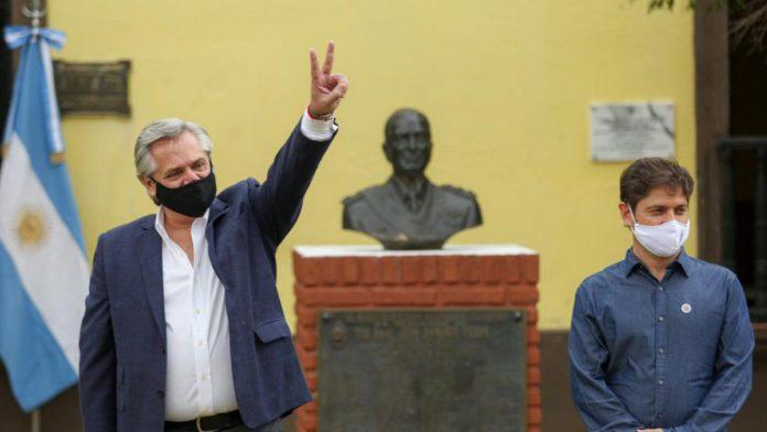 """Axel Kicillof, tras saludar a Alberto Fernández, recordó que """"la pandemia no da tregua""""."""