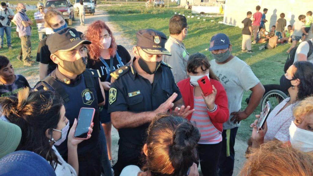 Landoni y Kette se acercaban a charlar con los vecinos del terreno. (Marcelo Kehler / El Popular)