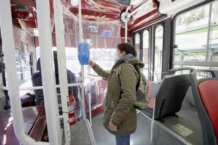 Especialistas remiendan evitar hablar y comer en el transporte público