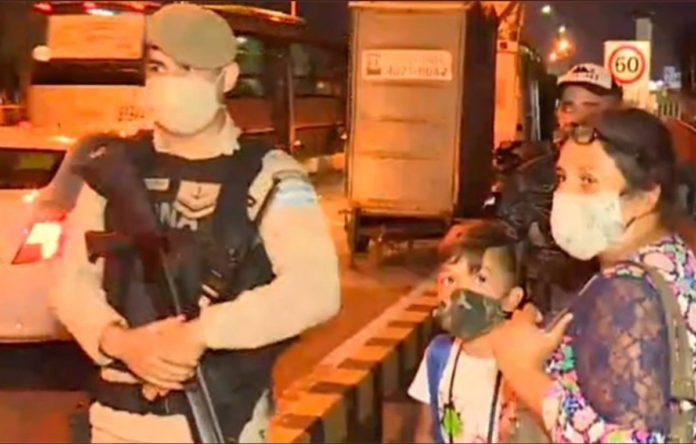 La mujer, con sus tres hijos, iban a cruzar el puente caminando. (Captura de video)
