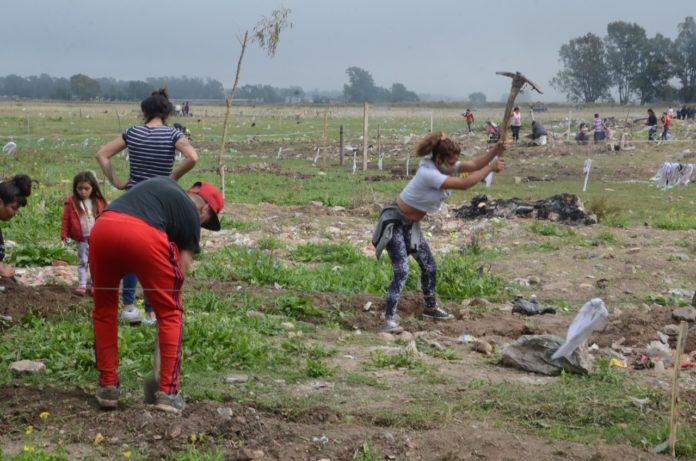 En el terreno detrás del barrio Lourdes, en Olavarría, ya hay más de 100 familias. (Claudio Martínez / El Popular)