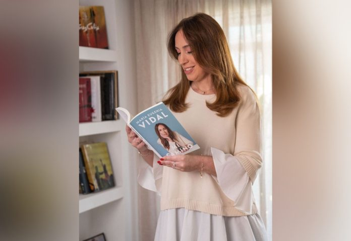 """La exgobernadora con su libro, que apareció un mes después de """"Primer tiempo"""", de Mauricio Macri. (Instagram)"""
