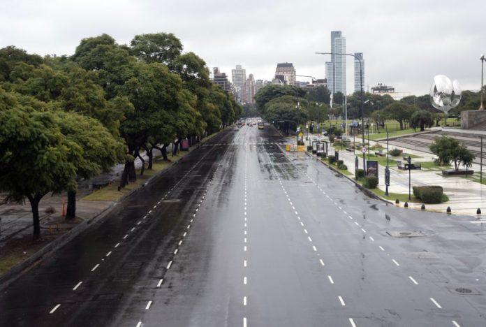 Se ven colectivos vacíos y calles desiertas en el primer día de aislamiento estricto en CABA. (Télam)