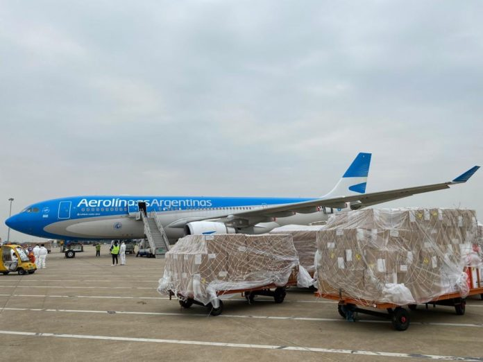 Parten el fin de semana dos vuelos a China para buscar nuevas dosis de Sinopharm