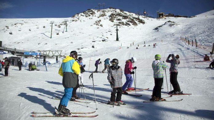 La ministra de Salud, Carla Vizzotti, dijo que aún es prematuro definir si habrá o no turismo durante las vacaciones de invierno