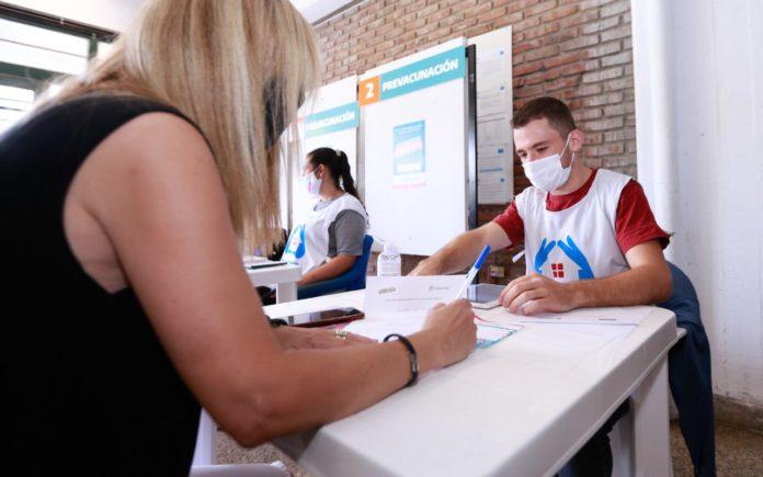 """El gobernador Axel Kicillof anunció este viernes la """"vacunación libre"""" con la primera dosis desde este sábado para mayores de 50 años"""