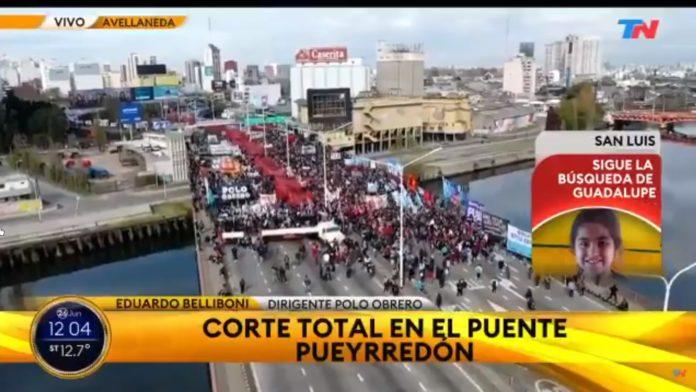 Los militantes recordaron las muertes de Darío Santillán y Máximo Kosteki en el Puente Pueyrredón. (Captura de video)
