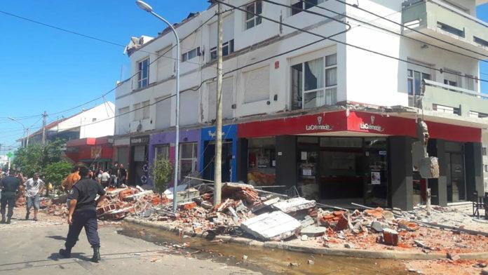 En diciembre de 2018 se derrumbaron los balcones de un edificio en Punta Mogotes, Mar del Plata. Murieron una mujer y su hija. (Archivo)