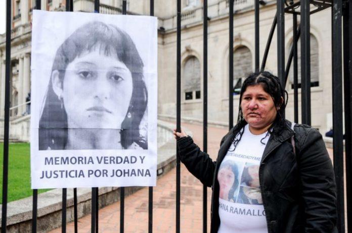 La madre de Johana Ramallo junto a una fotografía de su hija, en los tribunales platenses.