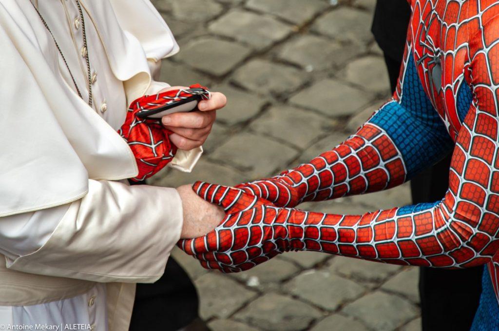 El saludo del papa Francisco con el Hombre Araña solidario. (Aleteia.org)
