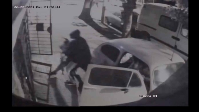 El momento en que el ladrón de 15 años forcejea con el chico en la puerta de su casa. (Captura de video)