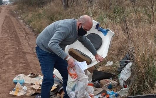 Un intendente revolvió la basura para hacer una denuncia