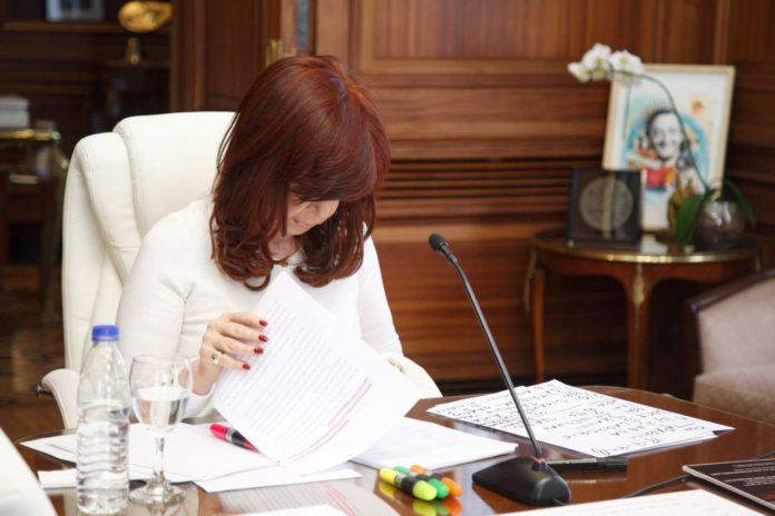 """CFK tildó de """"disparate"""" la causa memorándum y la vinculó a presiones por la deuda"""