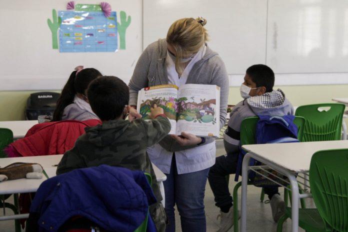 La Ciudad eliminó el distanciamiento en las aulas y se abre un nuevo foco de conflicto con Nación