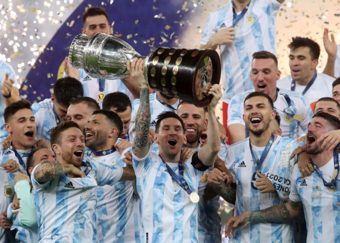 Tras obtener la Copa América, el seleccionado de fútbol arribó al país