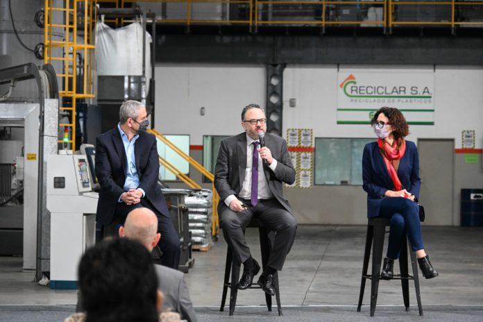 El gobierno invierte $10 mil en autos eléctricos, reciclados y energía limpia