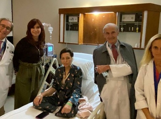 Cristina Kirchner visitó a Mayra Mendoza que fue operada de un tumor benigno