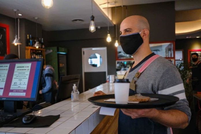 """El aumento del ingreso de gente en locales gastronómicos """"estimula la vacunación"""" contra el coronavirus, se asegura."""