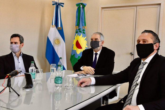 El ministro Julio Alak y sus colaboradores durante la reunión virtual con el embajador de Suecia, Anders Carlsson. (Prensa Ministerio de Justicia)