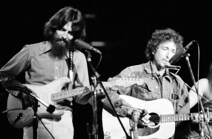 George Harrison y Bob Dylan en el escenario del Madison Square Garden. (Life)