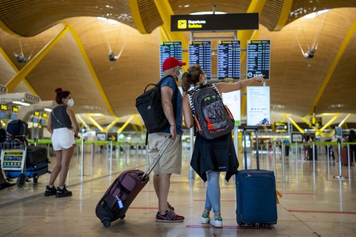Los viajeros procedentes de Argentina, Colombia, Bolivia y Namibia deberán enfrentar una cuarentena en España. (El País)