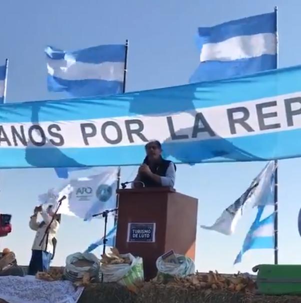 Jorge Chemes, titular de Confederaciones Rurales Argentinas, habla en la protesta. (Prensa CRA)