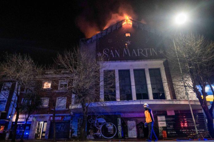 El fuego en el techo del viejo Cine San Martín comenzó cerca de la medianoche del 13 de julio. (Twitter)
