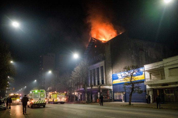 El incendio del viejo cine San Martín comenzó cerca de la medianoche. (Télam)