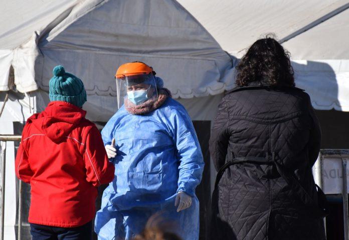 El Ministerio de Salud de Córdoba realizaba una intensa tarea para detectar y aislar a las personas que mantuvieron contacto con el primer portador de la variante Delta de coronavirus en esa provincia. (Telam)