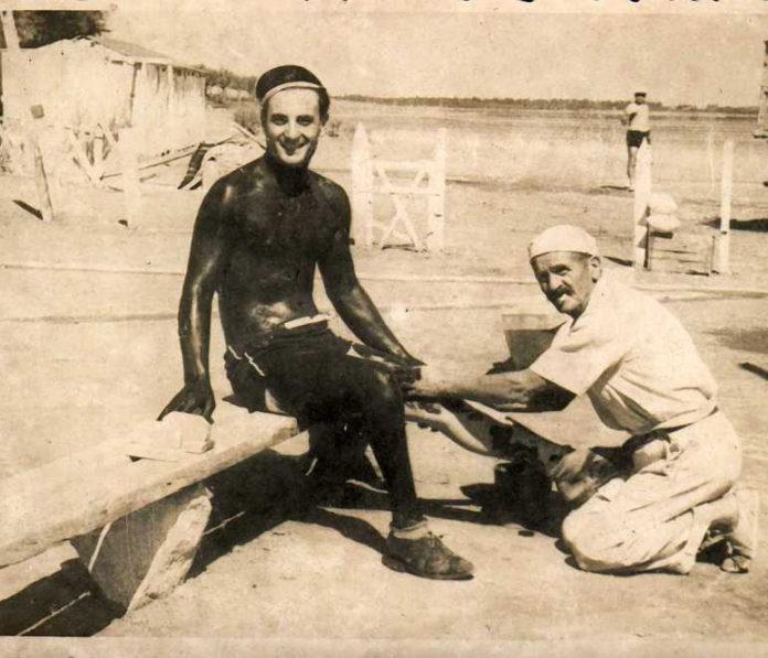 """Un """"embarrado"""" posa feliz frente a la cámara en Villa Epecuén. (Museo Regional Dr. Adolfo Alsina)"""