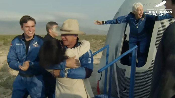 La alegría de los cuatro tripulantes de la cápsula tras el regreso a la Tierra. (BlueOrigin.com)