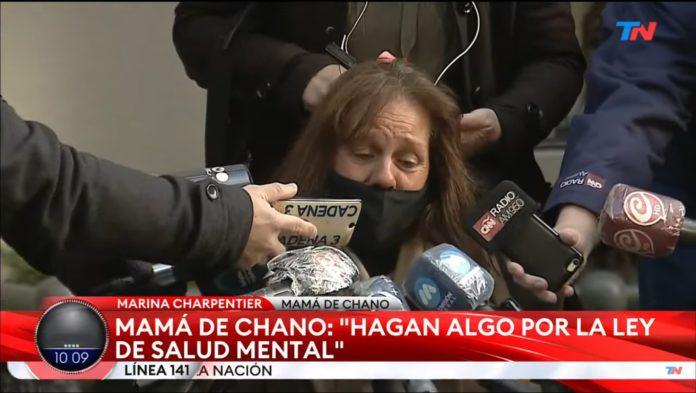 """La madre de Santiago """"Chano"""" Moreno Charpentier habló con los medios en la puerta del Sanatorio Otamendi. (Captura de TV)"""