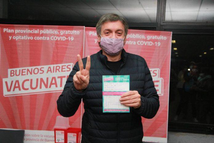Máximo Kirchner hace el saludo peronista en el Estadio Ciudad de La Plata, luego de vacunarse contra el coronavirus. (Twitter @nkreplak)